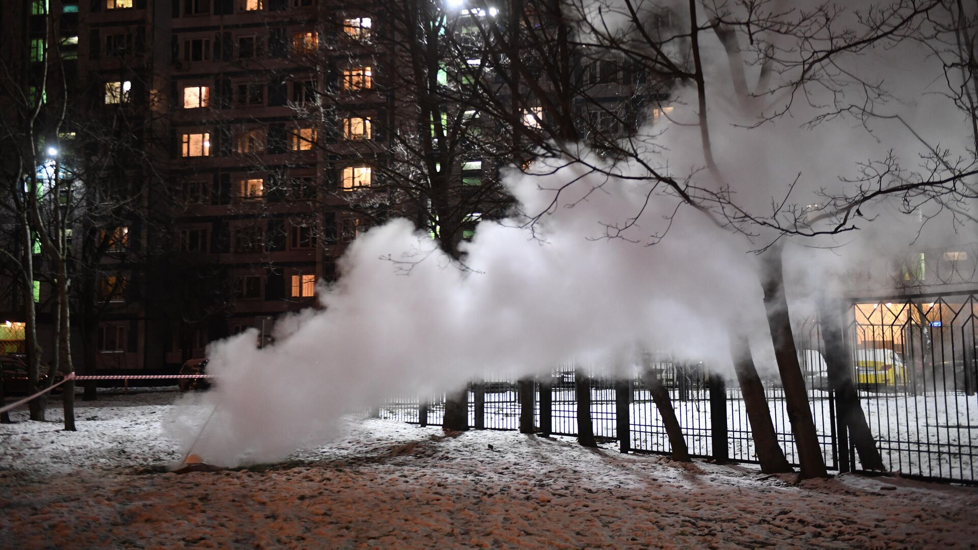Место прорыва трубы с горячей водой на улице Теплый стан в районе дома 12 - РИА Новости, 1920, 09.12.2020