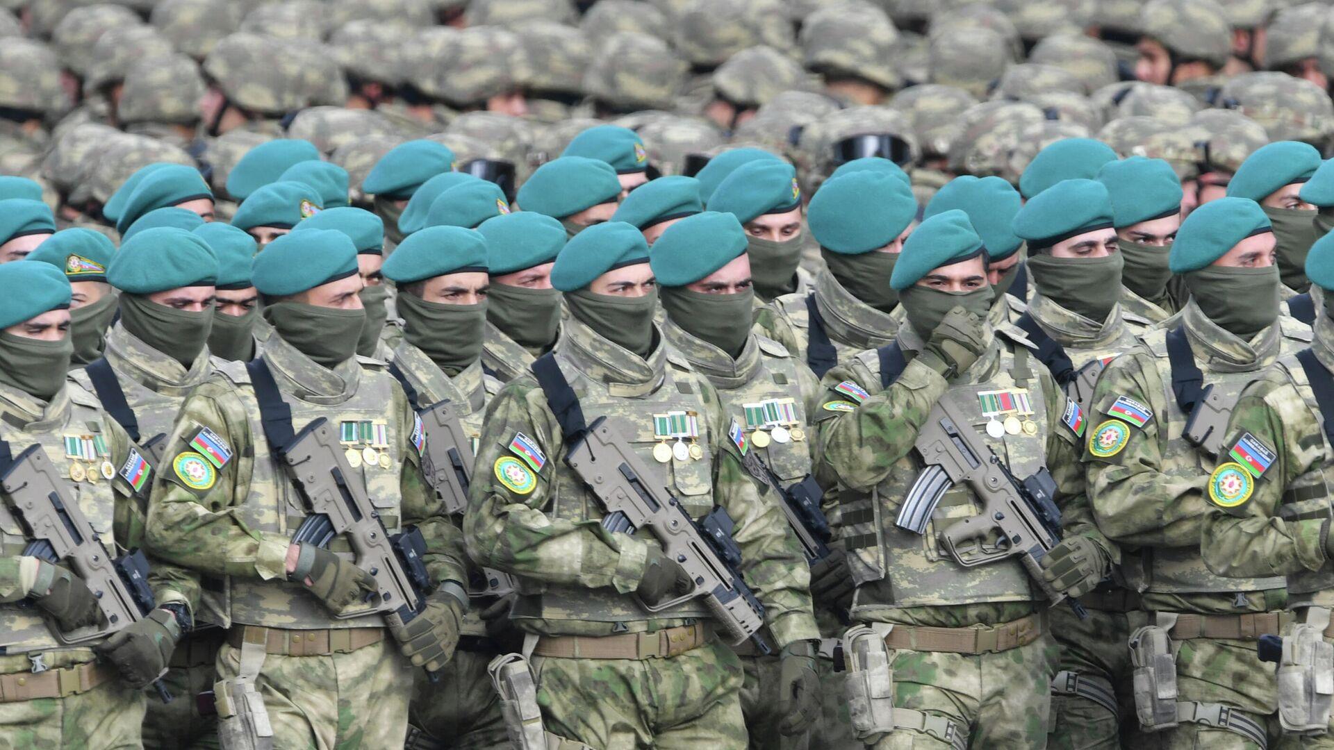 Военнослужащие азербайджанской армии перед военным парадом в Баку - РИА Новости, 1920, 10.12.2020