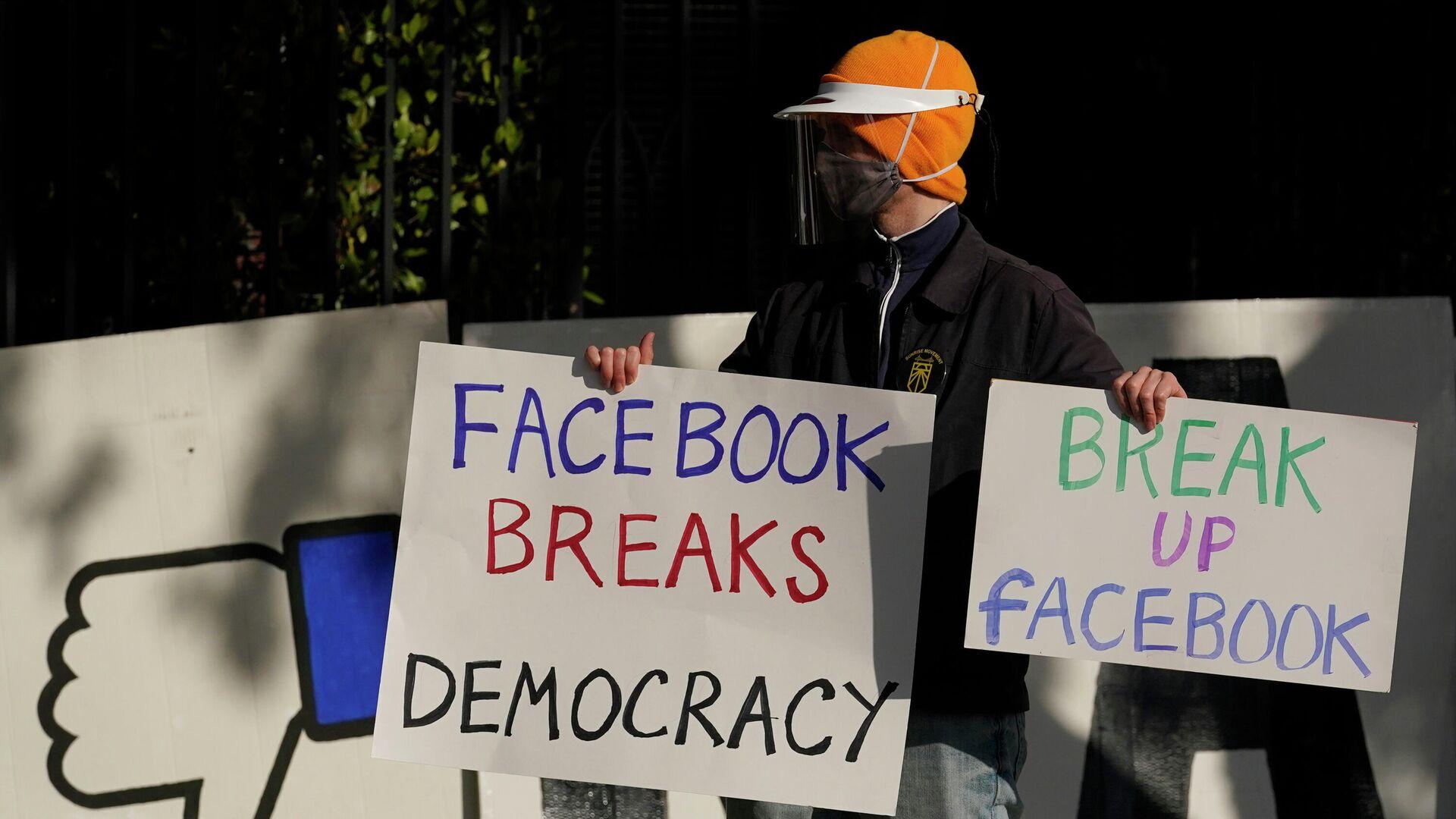Демонстрант около штаб-квартиры генерального директора Facebook Марка Цукерберга - РИА Новости, 1920, 16.01.2021