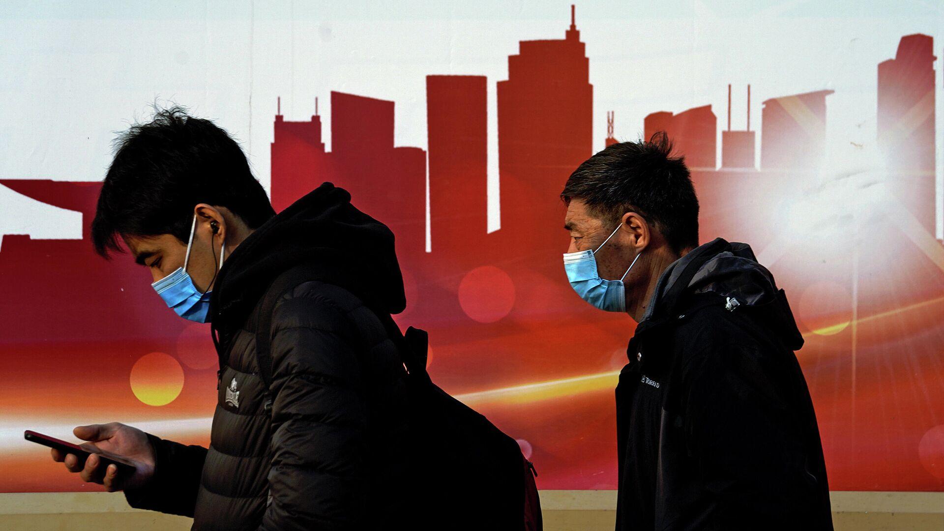 Люди в защитных масках на улице в Пекине, Китай  - РИА Новости, 1920, 20.01.2021