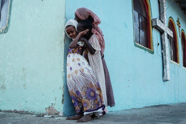 Дети играют у церкви в лагере беженцев Гедареф в Судане