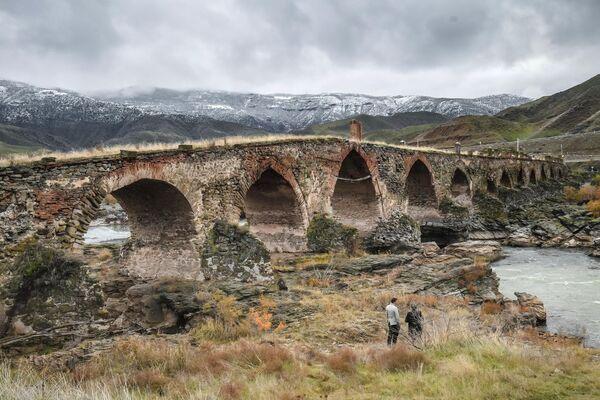 Худаферинский мост через реку Аракс, соединяющий территории Ирана и Азербайджана