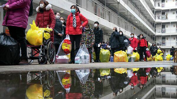 Люди, вылечившиеся от коронавируса, готовятся покинуть реабилитационный центр после 14-дневного карантина для медицинского наблюдения в Ухане