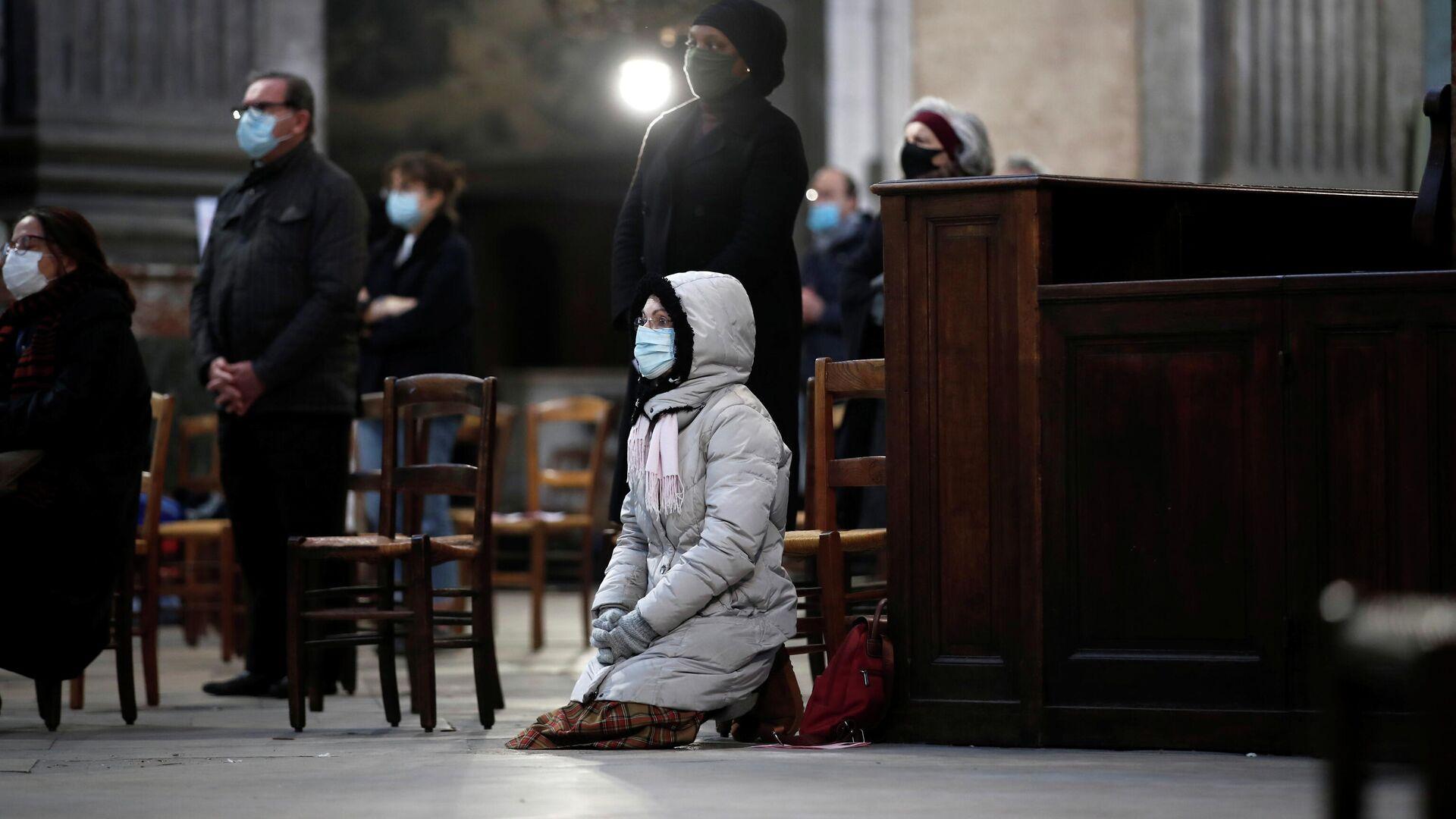 Люди во время воскресной мессы в церкви Сен-Сюльпис в Париже - РИА Новости, 1920, 31.12.2020