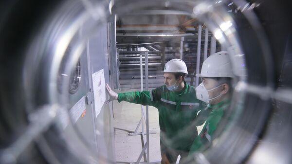 Рабочие во время наладки оборудования и подготовки предприятия Р-Фарм в Москве к производству вакцины от COVID-19