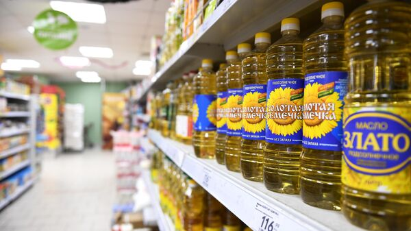 Бутылки с растительным маслом на полке магазина