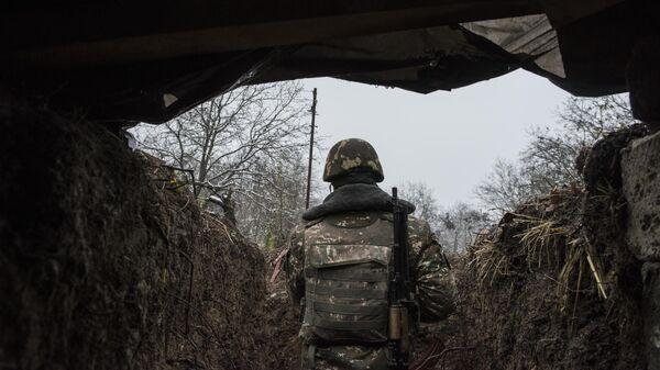 Военнослужащий армии обороны Нагорно-Карабахской республики на линии соприкосновения Азербайджана и Нагорного Карабаха