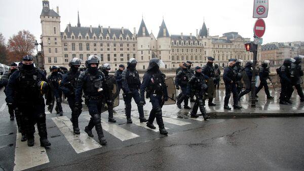 Сотрудники полиции во время акции против 24-й статьи законопроекта О глобальной безопасности в Париже, Франция
