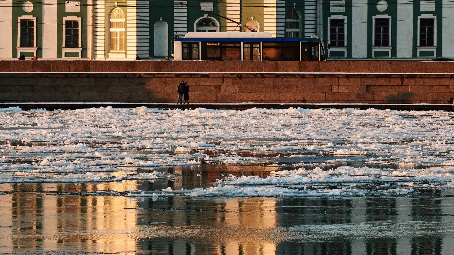 Люди на набережной в Санкт-Петербурге - РИА Новости, 1920, 15.12.2020