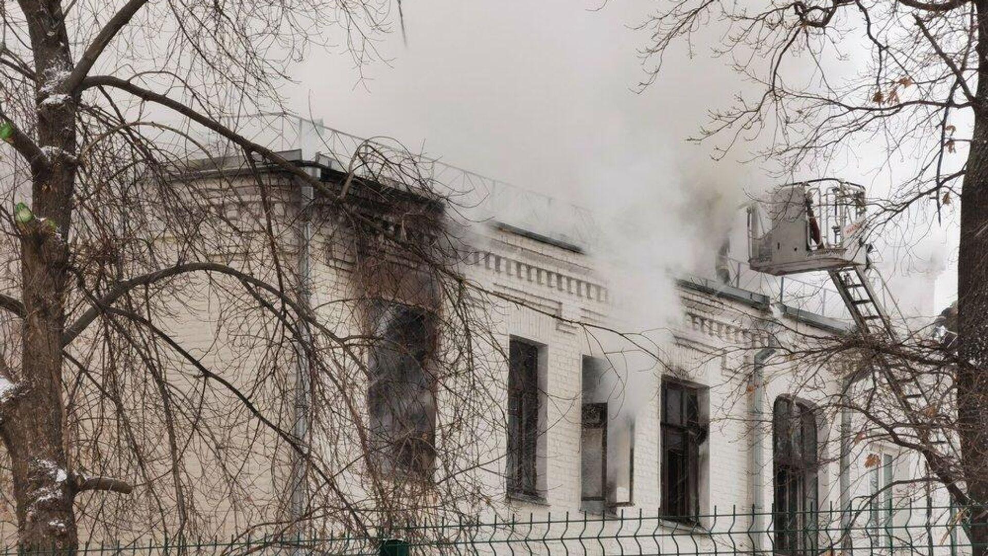 Работа оперативных служб на месте пожара в жилом доме на Цветном бульваре. - РИА Новости, 1920, 13.12.2020