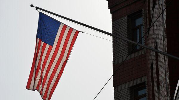 Флаг на фасаде здания генерального консульства США во Владивостоке