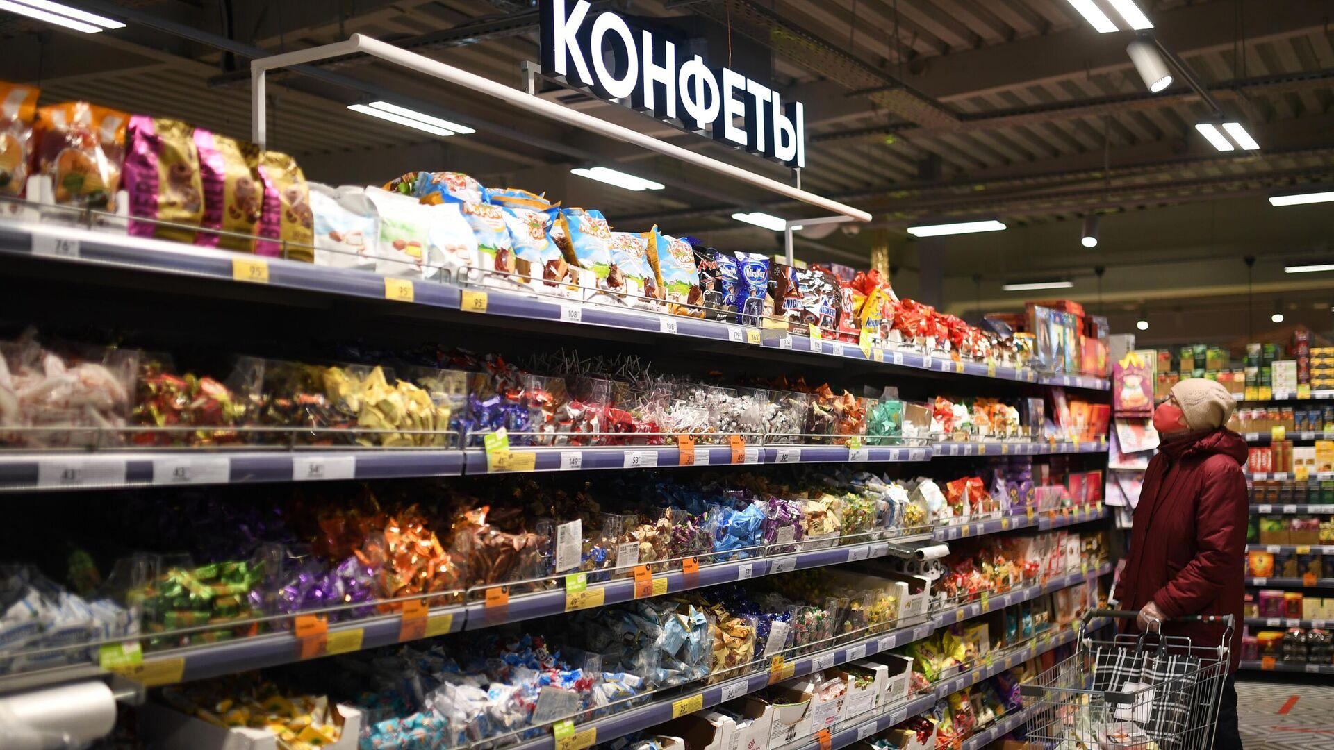 Женщина выбирает конфеты в одном из магазинов сети Пятерочка в Москве - РИА Новости, 1920, 15.04.2021