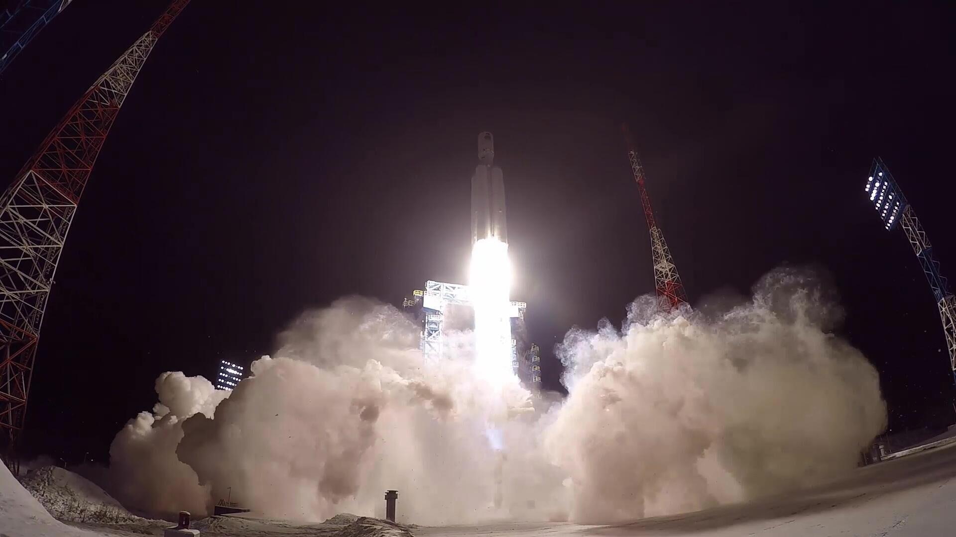 Запуск тяжелой ракеты-носителя Ангара-5 с разгонным блоком Бриз-М с макетом спутника на космодроме Плесецк. Стоп-кадр видео - РИА Новости, 1920, 20.02.2021