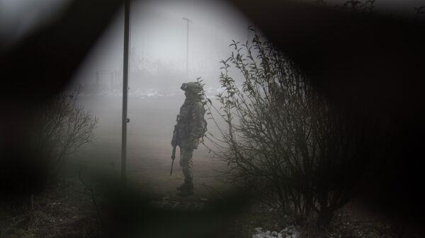Российский миротворец на блокпосту №6 на въезде в город Шуша на дороге из Степанакерта в Лачин