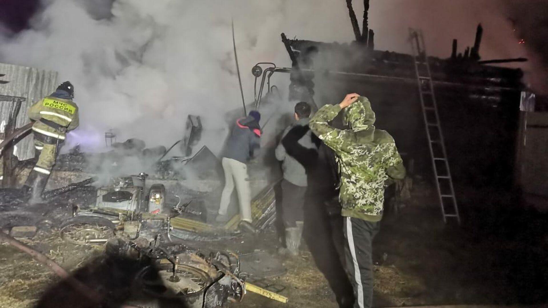 Тушение пожара в доме милосердия по улице Кизильской в селе Ишбулдино, Башкирия - РИА Новости, 1920, 15.12.2020