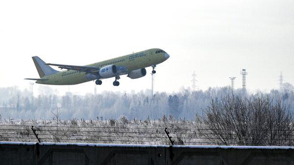 Самолет МС-21-310, оснащенный новыми российскими двигателями ПД-14, взлетает с аэродрома Иркутского авиационного завода