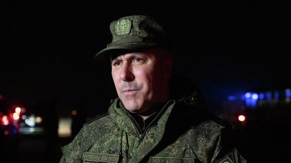 Командующий российскими миротворцами в Карабахе Рустам Мурадов во время встречи российского самолета, доставившего из Баку более 40 армянских военнопленных в аэропорту Эребуни в Еревaне