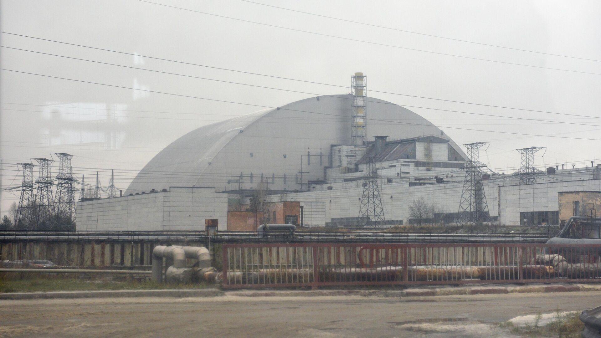 Изоляционное арочное сооружение над разрушенным в результате аварии 4-м энергоблоком Чернобыльской АЭС  - РИА Новости, 1920, 22.04.2021