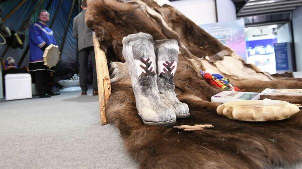 Унты на тематическом стенде в рамках форума Арктика – территория диалога в Санкт-Петербурге