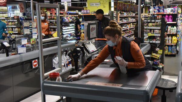 Кассир в продуктовом магазине во Львове