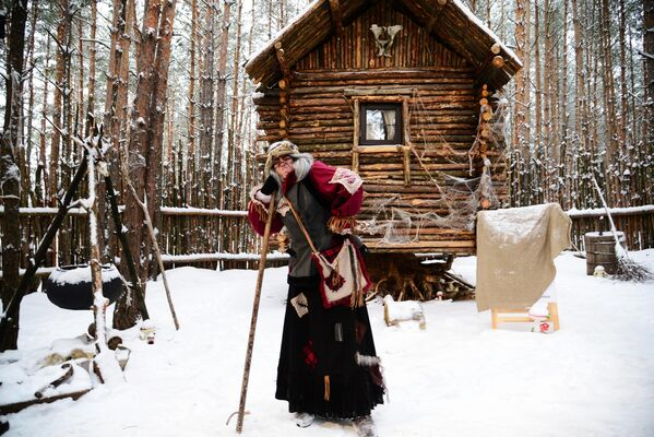 Баба Яга в театрализованном представлении в резиденции Деда Мороза в селе Нелжа.