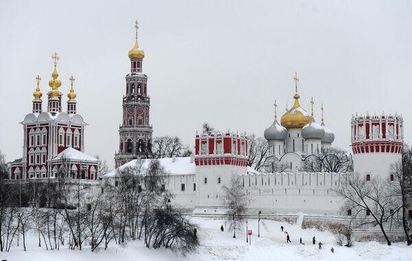 Москвичи гуляют у стен Новодевичьего монастыря.