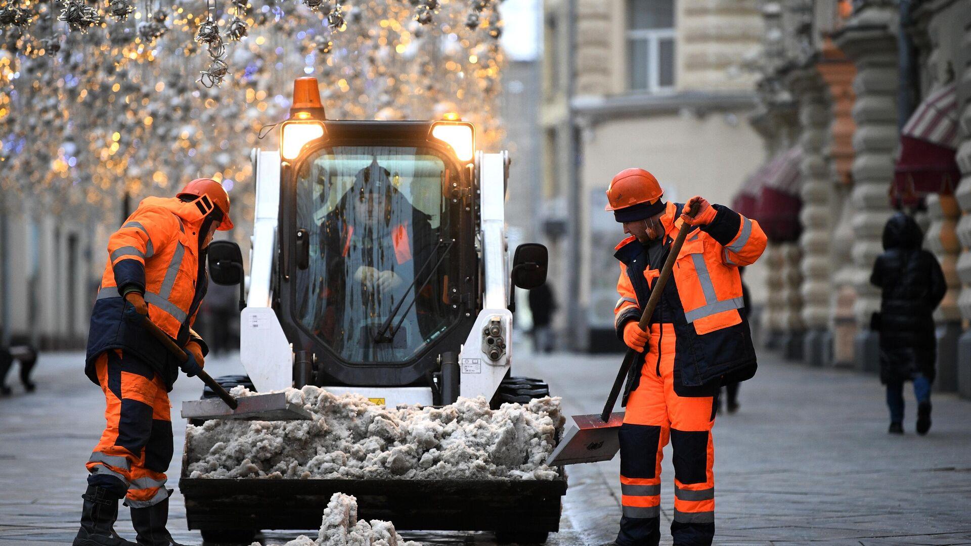 Сотрудники коммунальных служб во время уборки снега в Москве - РИА Новости, 1920, 16.12.2020