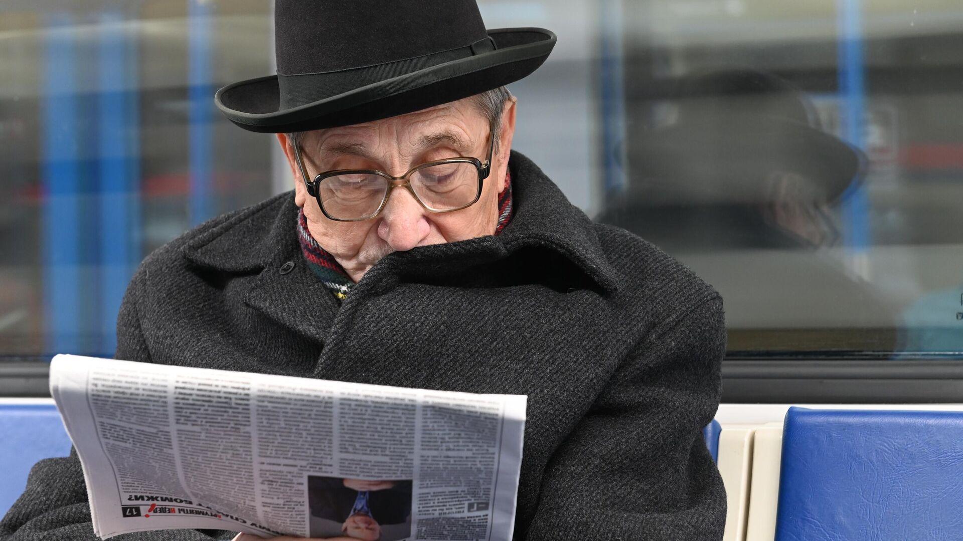 Мужчина читает газету во время поездки в метро - РИА Новости, 1920, 16.01.2021