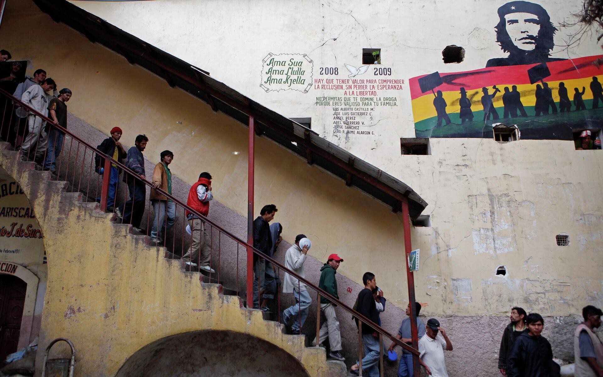 Заключенные спускаются в столовую в тюрьме Сан-Педро в Боливии - РИА Новости, 1920, 16.12.2020