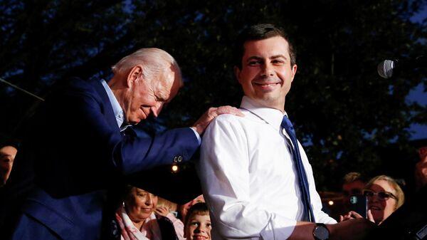 Кандидат в президенты США Джо Байден и Пит Буттиджич в Далласе, Техас