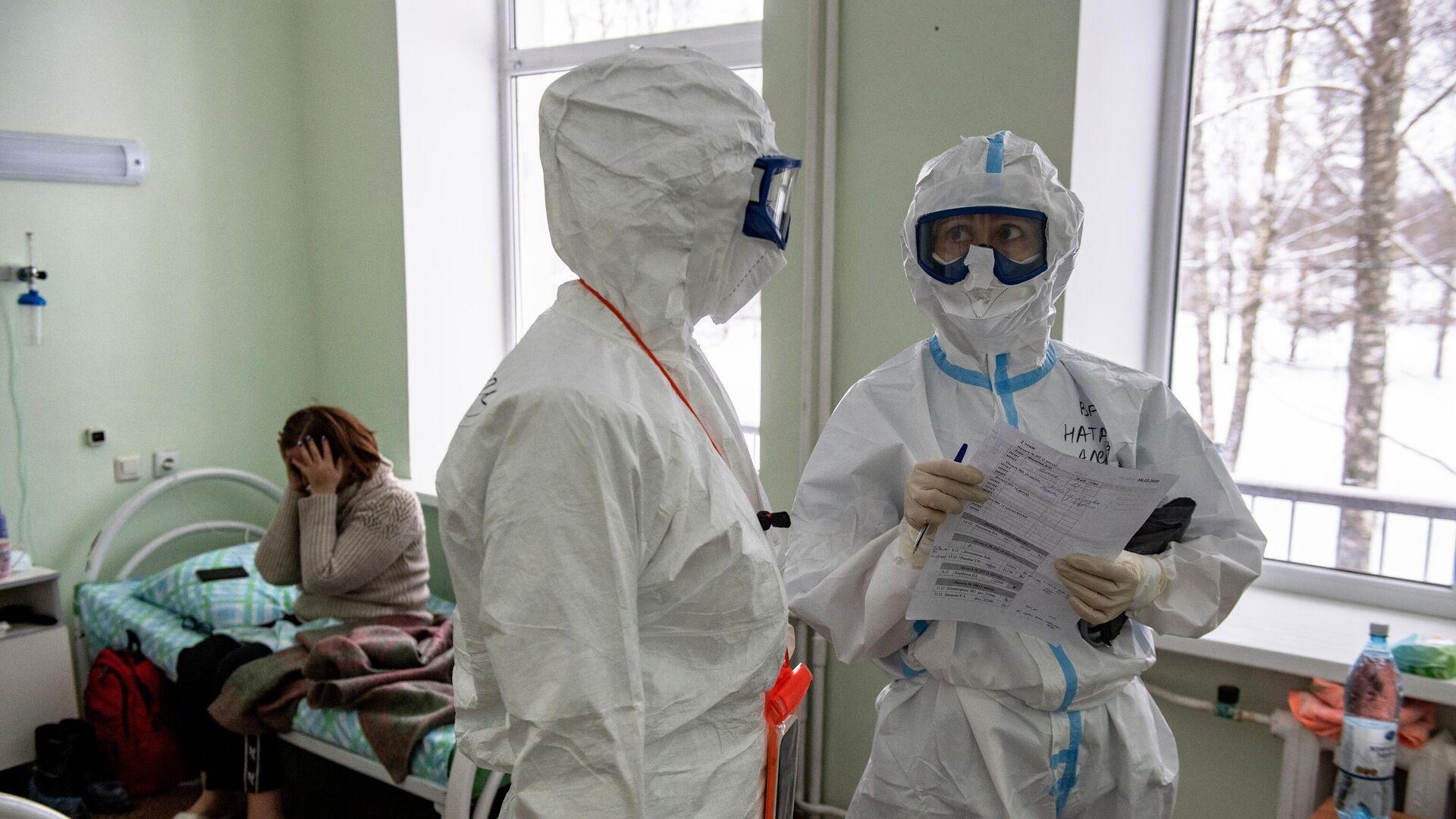 Медицинские работники во время обхода в госпитале для лечения больных COVID-19 в Тверской областной больнице - РИА Новости, 1920, 30.12.2020
