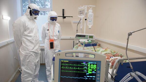 Медицинские работники в палате госпиталя для лечения больных COVID-19 в Тверской областной больнице