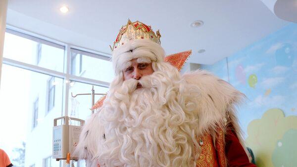 Героический Дед Мороз помогает людям, борющимся с инсультом