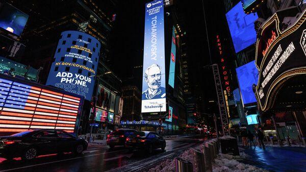 Билборд с портретом П. И. Чайковского на площади Таймс-сквер в Нью-Йорке, США
