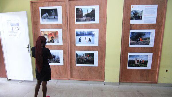 Посетительница на выставке победителей Международного конкурса фотожурналистики имени Андрея Стенина в Киншасе
