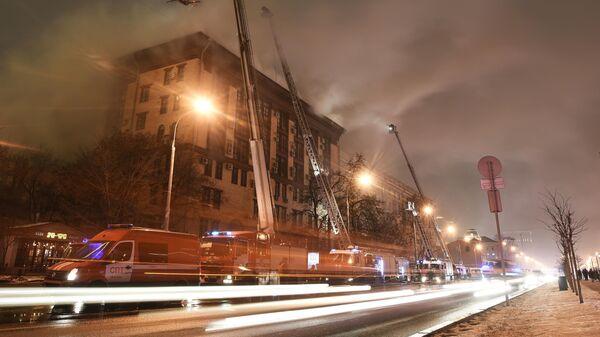 Тушение пожара в здании Мосгоргеотреста на Ленинградском проспекте в Москве
