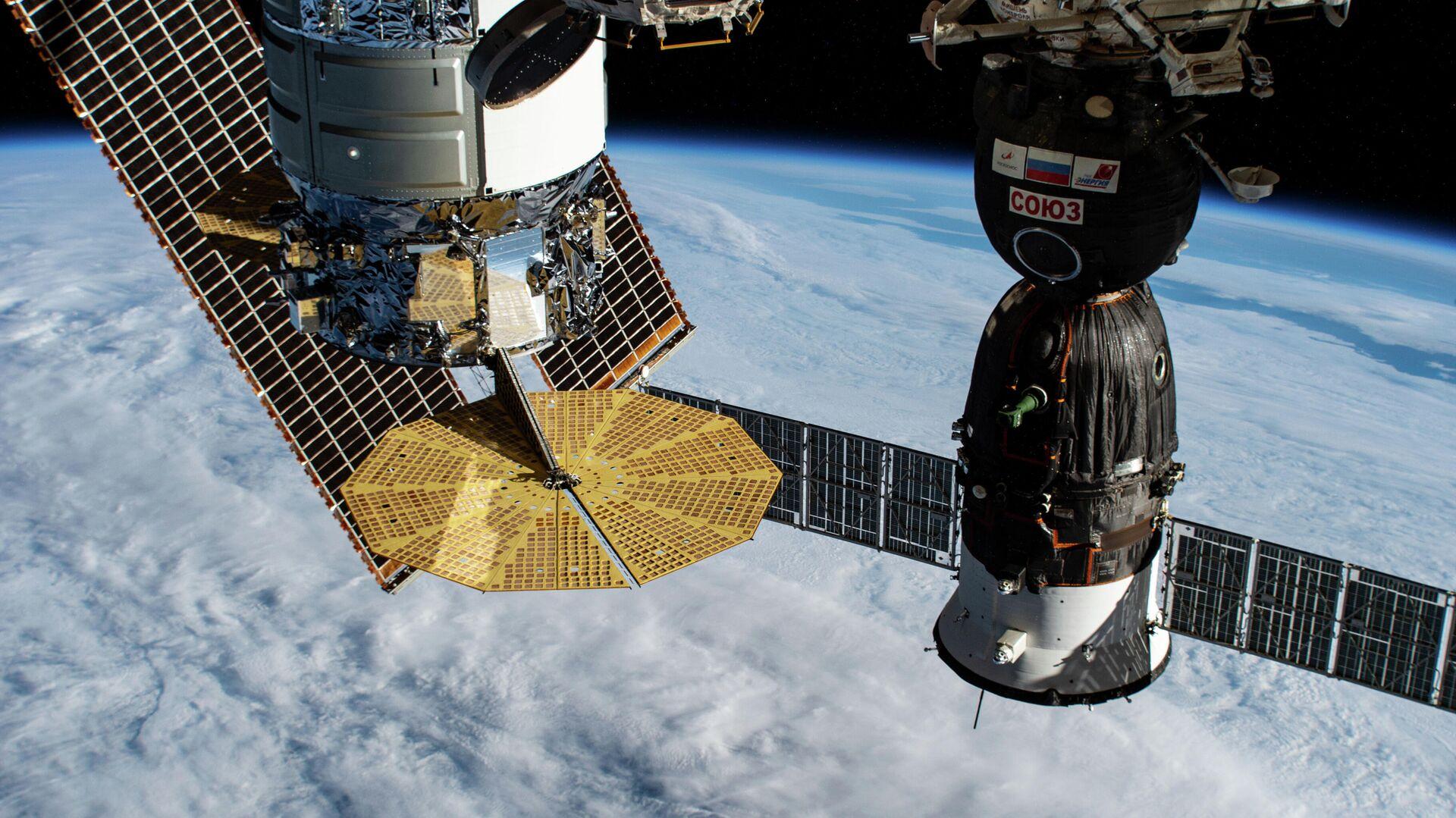В Роскосмосе развенчали миф о разглядывающих номера машин спутниках