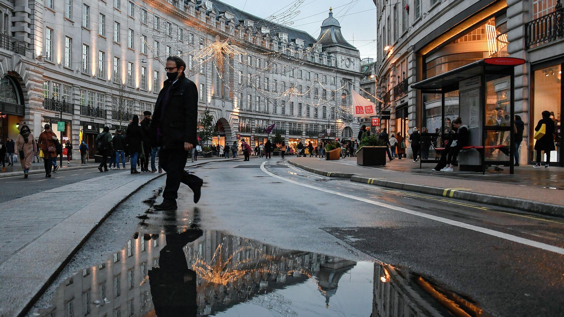 Мужчина в защитной маске на одной из улиц Лондона, Великобритания - РИА Новости, 1920, 05.01.2021