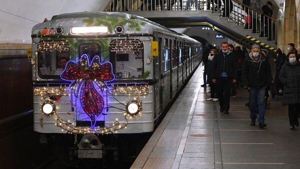 Новогодний поезд серии Ёж в Московском метрополитене