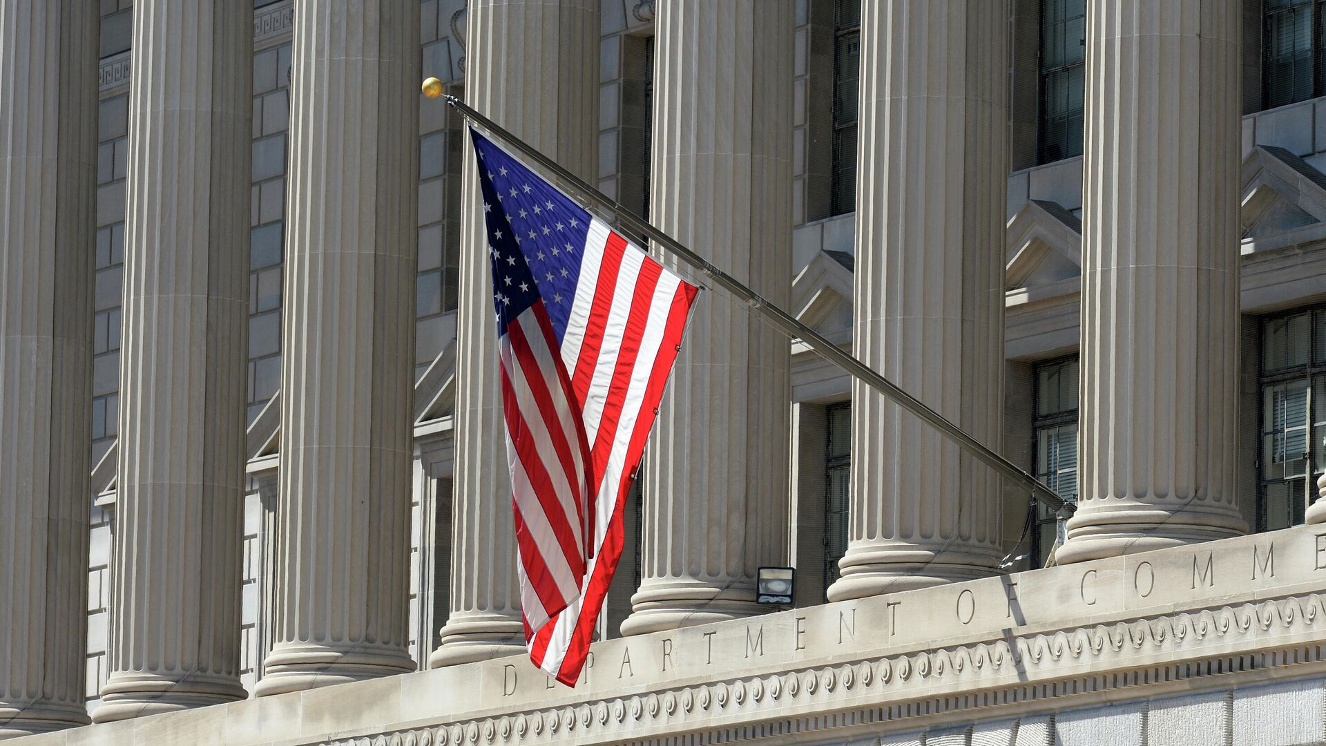 Государственный флаг США на здании министерства торговли в Вашингтоне - РИА Новости, 1920, 14.01.2021