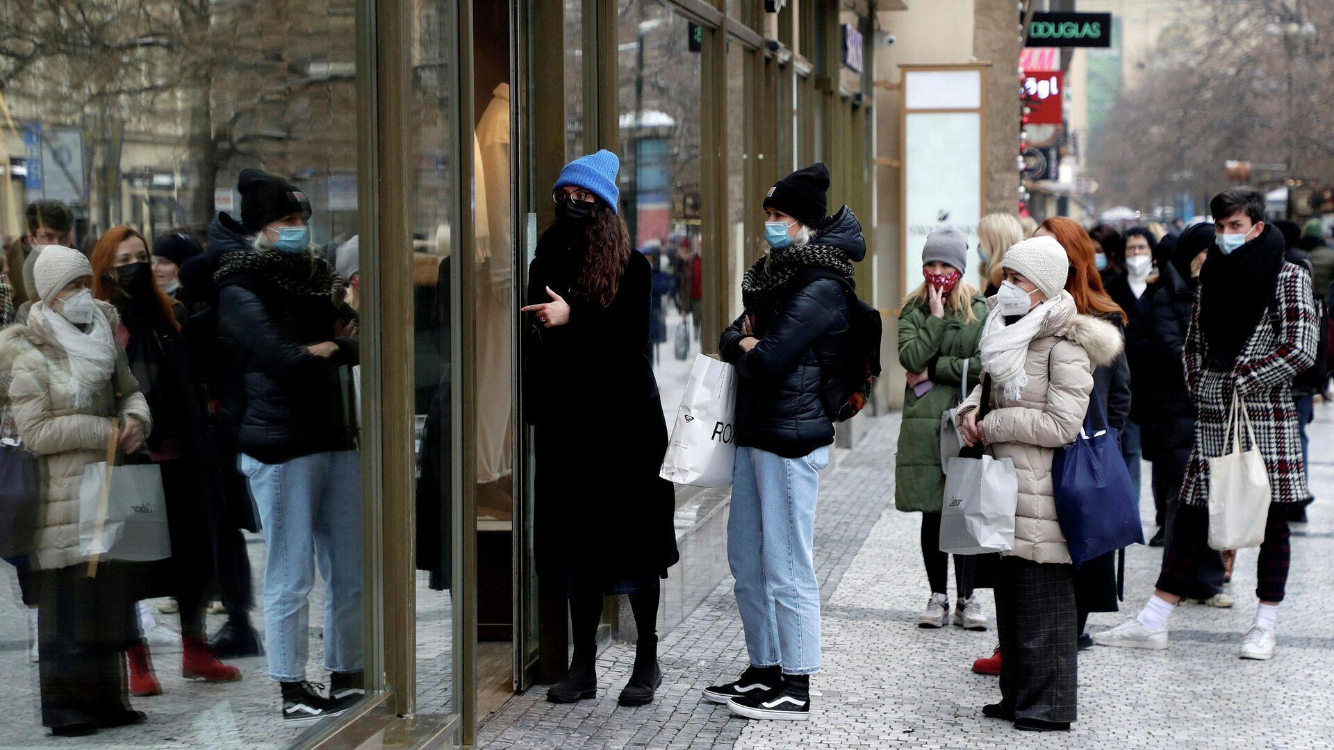 Покупатели в очереди перед магазином в Праге - РИА Новости, 1920, 18.01.2021