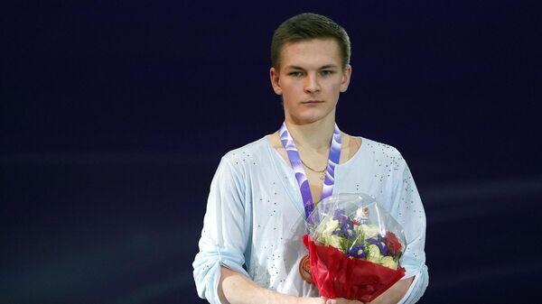 Михаил Коляда (Россия), завоевавший золотую медаль в мужском одиночном катании на V этапе Гран-при по фигурному катанию, на церемонии награждения.