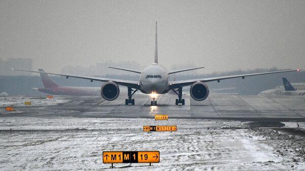 Самолет на взлетной полосе Международного аэропорта Шереметьево
