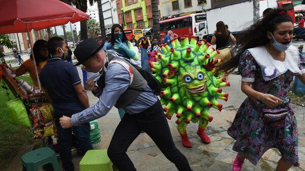 Артист выступает на площади Ботеро в рамках информационной кампании по предотвращению распространения коронавируса в Медельине