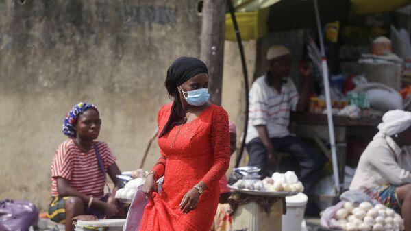 Женщина в медицинской маске в Лагосе, Нигерия