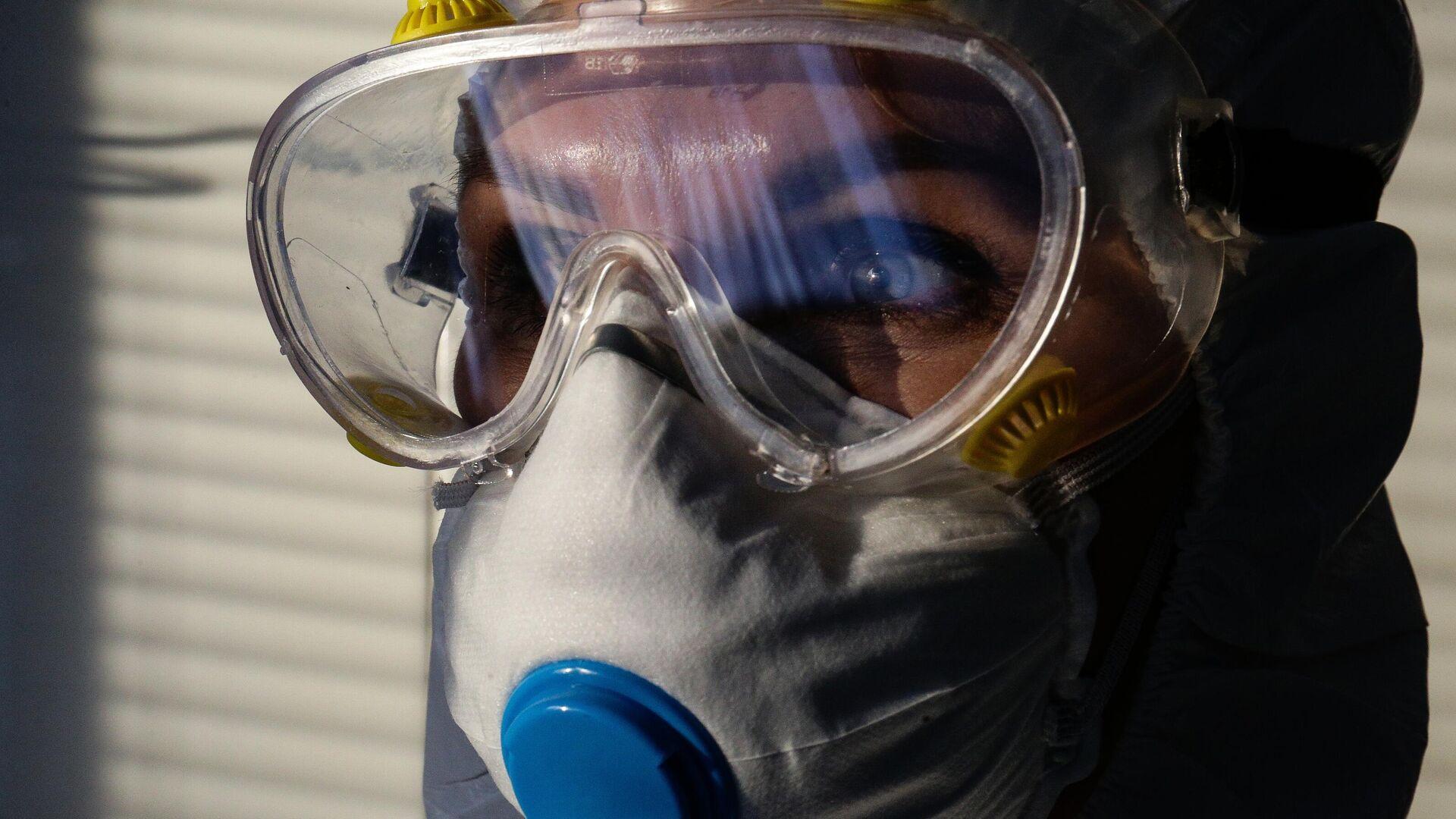 Врач Новосибирской областной клинической больницы в защитном противоэпидемическом костюме - РИА Новости, 1920, 12.01.2021