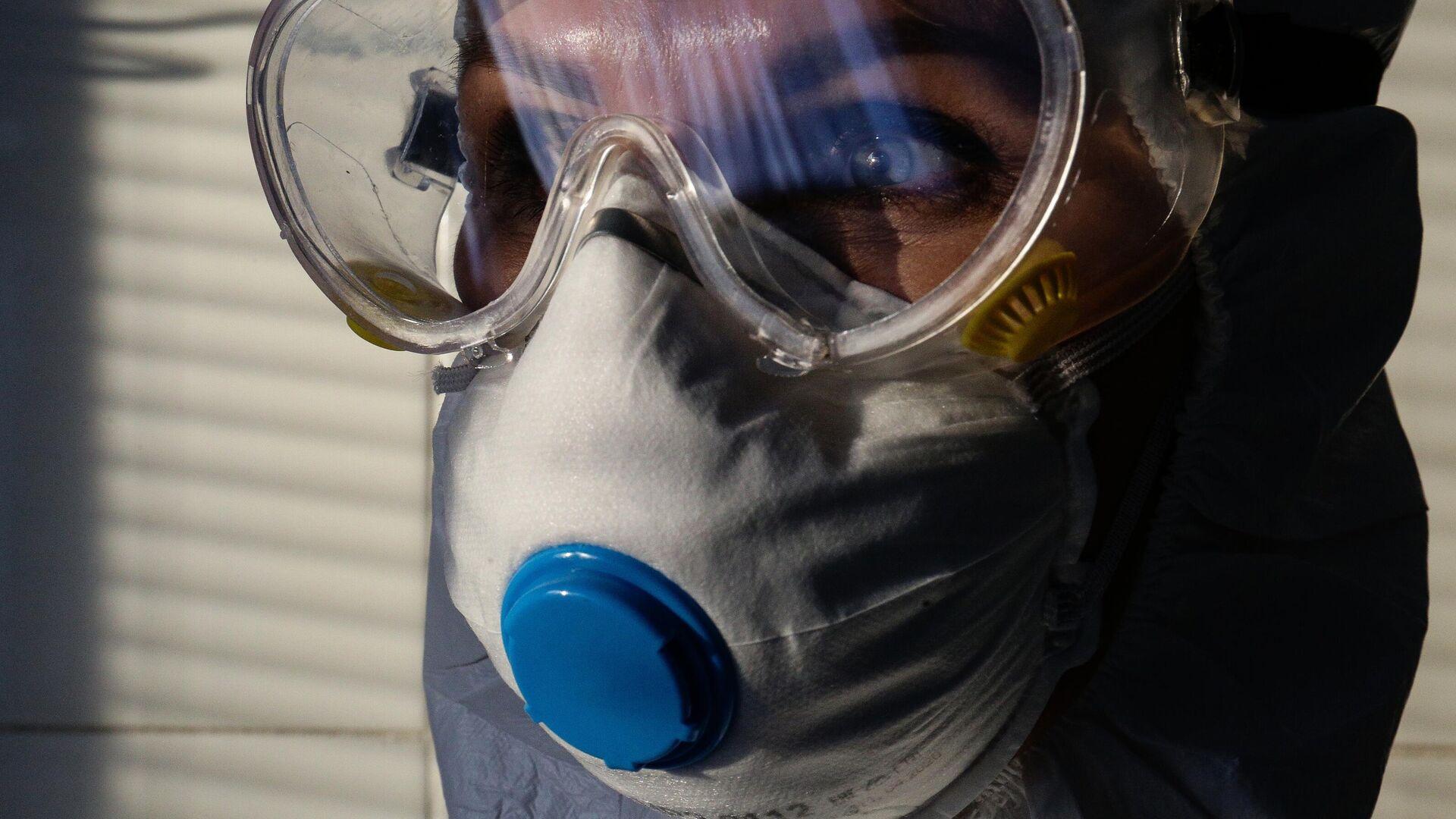 Врач Новосибирской областной клинической больницы в защитном противоэпидемическом костюме - РИА Новости, 1920, 07.02.2021