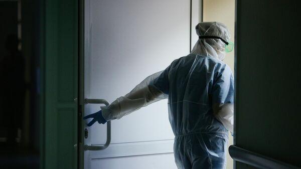 Медик Новосибирской областной клинической больницы в защитном противоэпидемическом костюме