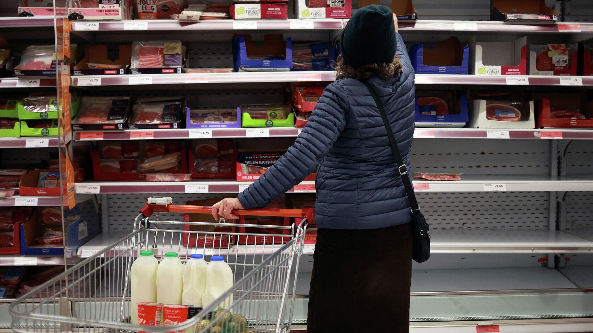 Женщина делает покупки в магазине Лондона - РИА Новости, 1920, 02.02.2021
