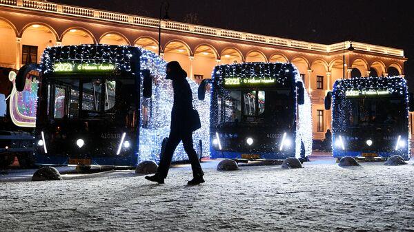 Украшенные к Новому году электробусы у здания Северного речного вокзала в Москве